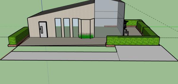 En digital ritning av ett hus med snedställt tak och många fönster. Ena husknuten är inglasad, utanför finns en uteplats omgiven av en grön häck.