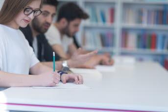 Bilden föreställer en grupp människor som skissar på papper