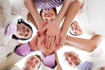 personer som håller hand