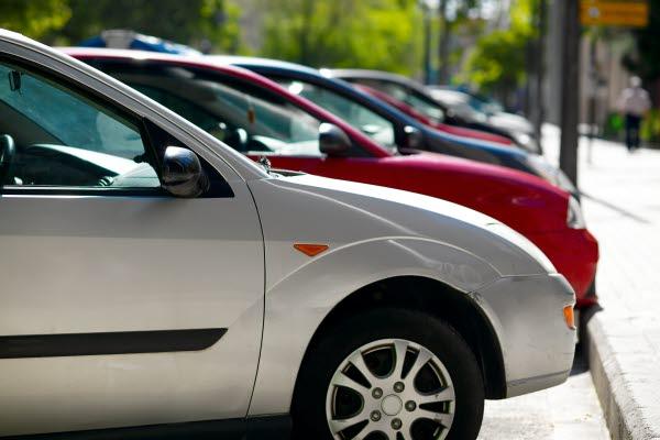 Bilden föreställer en rad parkerade bilar