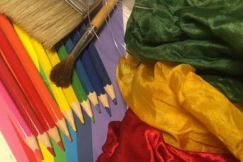 Bilden föreställer färgpennor och tyger i olika färger