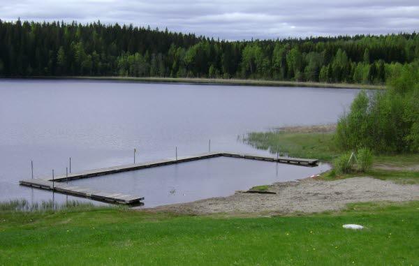 Bilden föreställer en Bandsjöns badplats med bryggor.