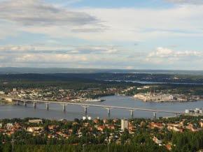 Vy-over-Sundsvallsfjarden-med-Sundsvallsbron-i-kvallsljus