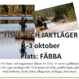 Bilden föreställer en affisch för evenemanget Jakt och fiskeläger, en person står och fiskar i vattendrag och en person sitter på en stol vid en grusväg.