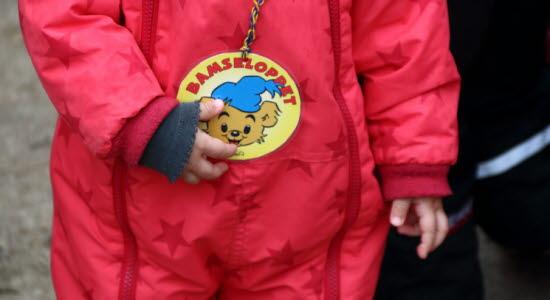Bild på barn som håller i medalj