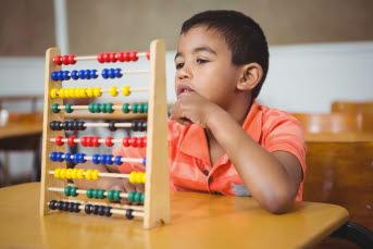 Bilden föreställer en pojke som leker.