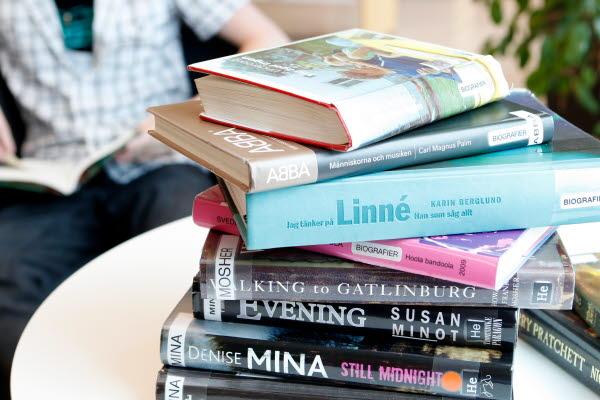 Bilden föreställer ett bord med böcker