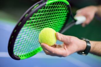 Bilden föreställer ett tennisracket och en tennisboll