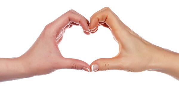 Bilden visar två händer som formar ett hjärta