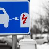 Bilden föreställer en trafikskylt som betyder att du kan ladda din elbil