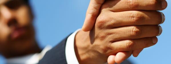 Bilden föreställer två människor som skakar hand med varandra