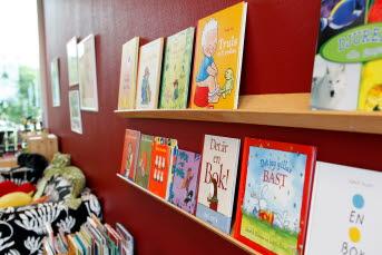 Bilden föreställer bokhyllor i ett bibliotek