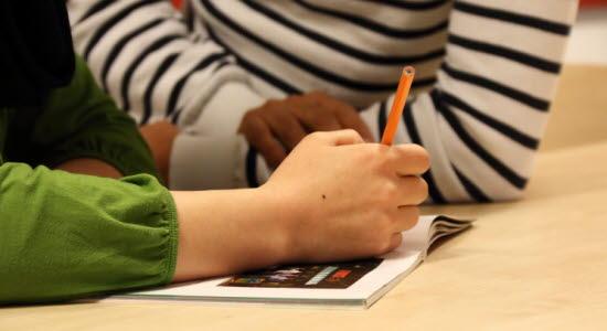 Bild på elever som studerar