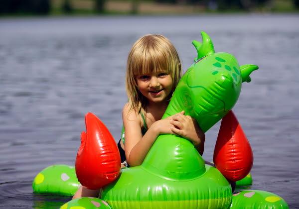 Bilden föreställer en flicka som badar