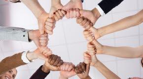 Bilden föreställer händer som bildar en cirkel